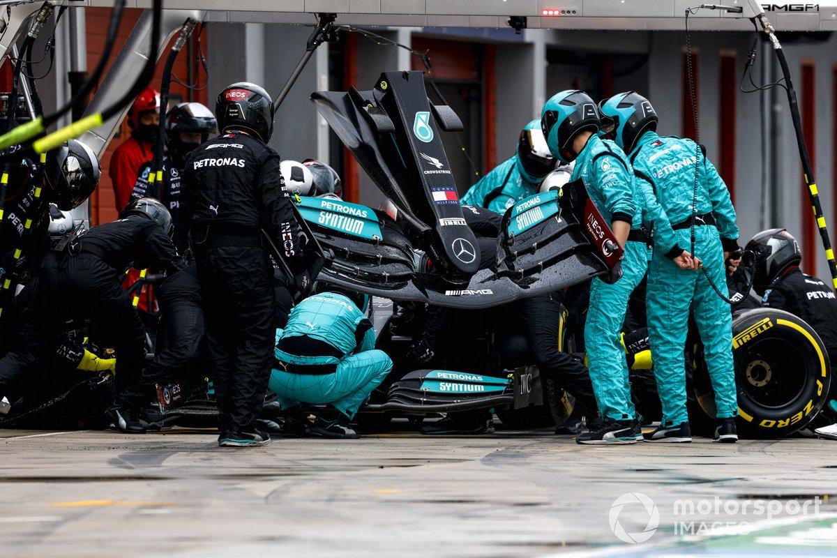 Pit stop di Lewis Hamilton, Mercedes W12, che cambia l'ala anteriore danneggiata
