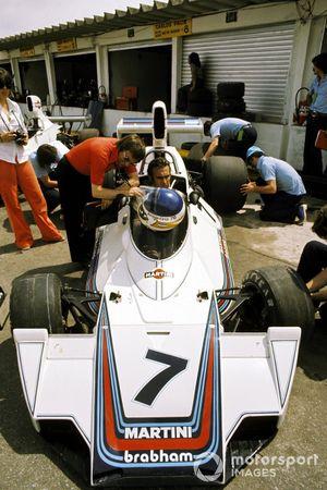 Carlos Reutemann, Brabham BT44B, mit Bernie Ecclestone