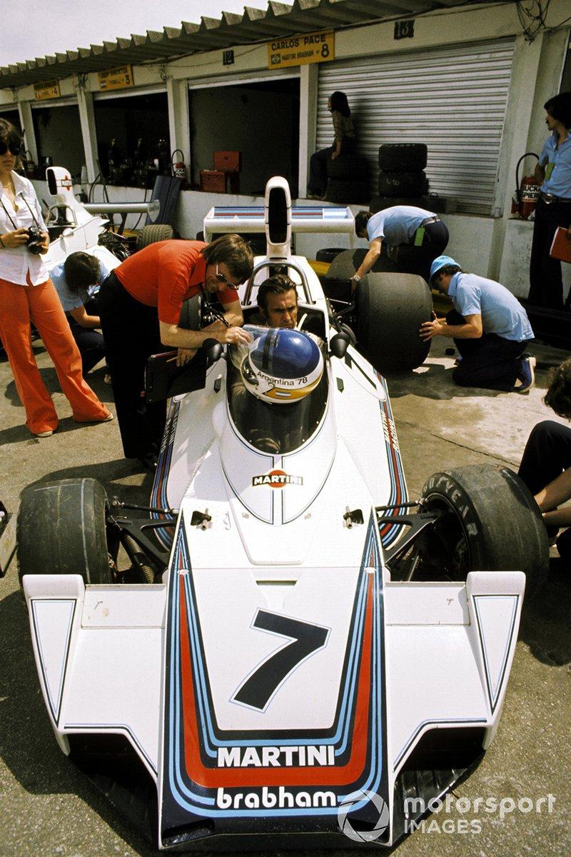 Bernie Ecclestone, F1 sonríe con un serio Carlos Reutemann, Brabham BT44B sobre su octavo lugar final