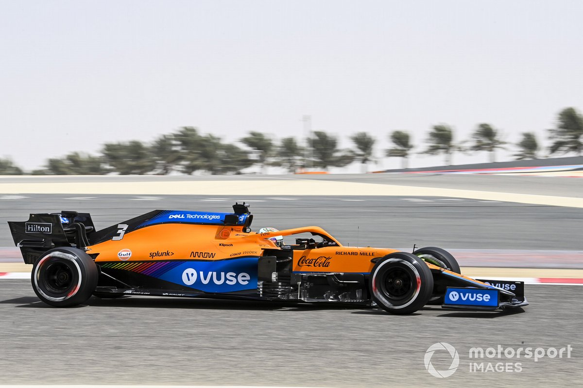 Lateral: McLaren MCL35M