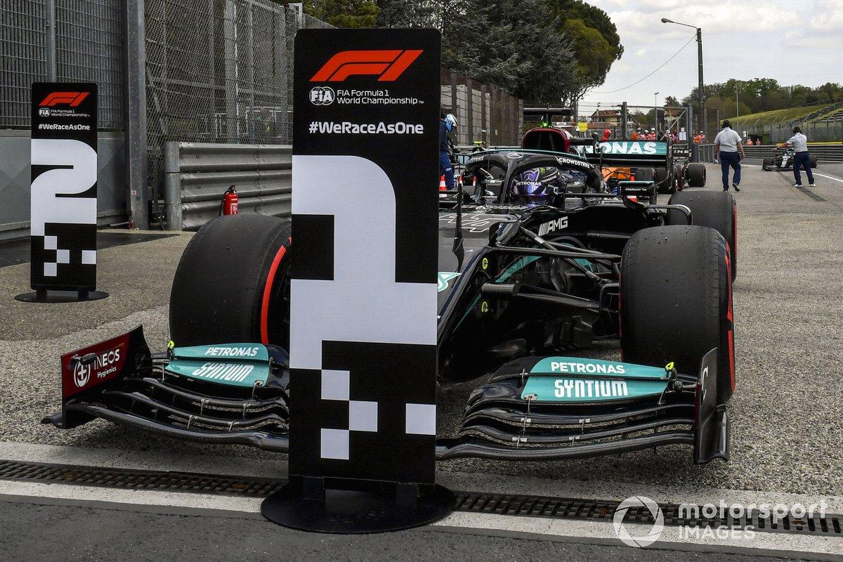 Ganador de la pole Lewis Hamilton, Mercedes W12, en Parc Ferme
