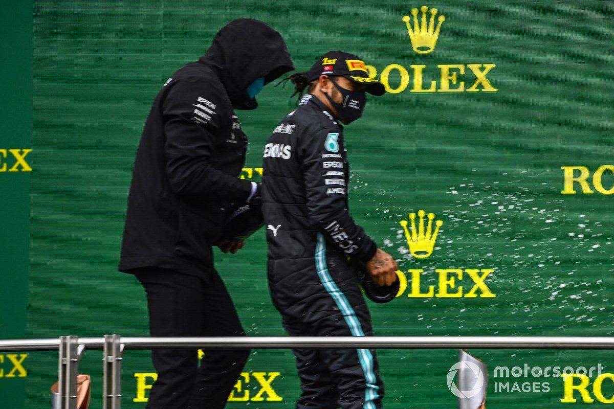 Podio: ganador y campeón del mundo Lewis Hamilton, Mercedes-AMG F1 con Toto Wolff, Director Ejecutivo Mercedes AMG, y tercer lugar Sebastián Vettel, Ferrari