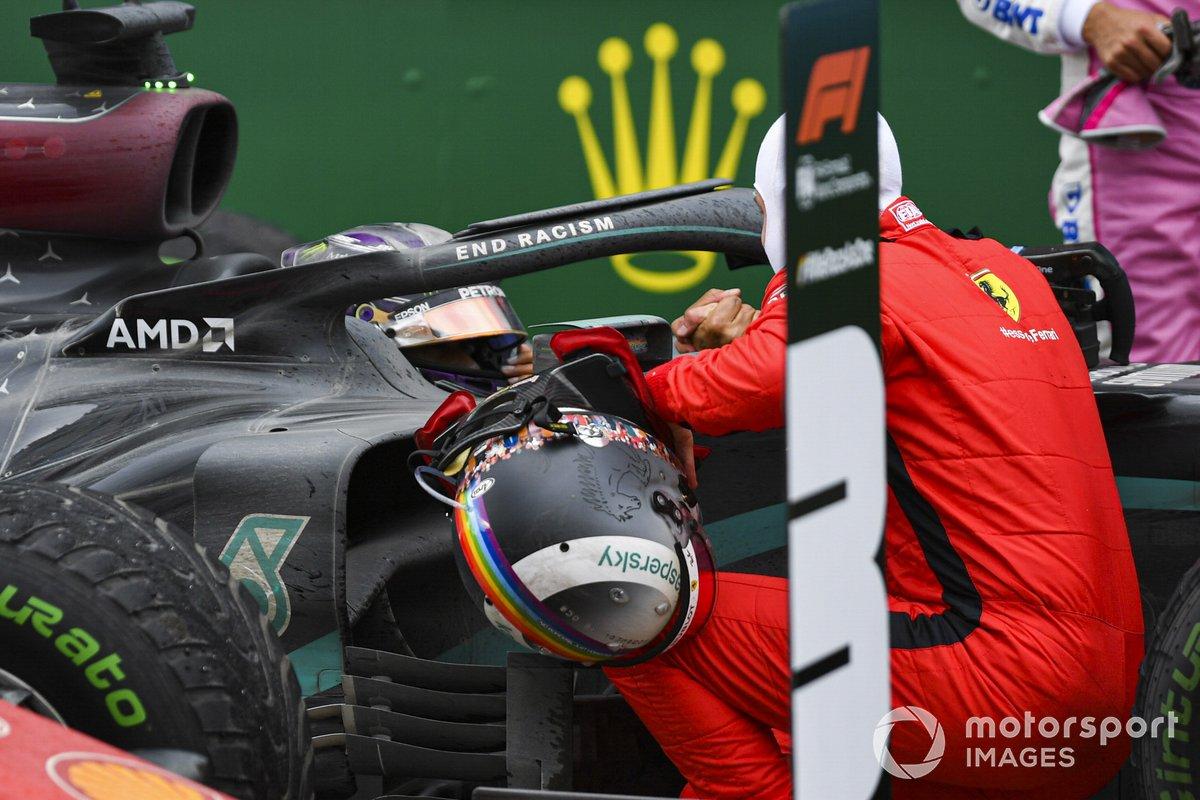 Tercer lugar Sebastian Vettel, Ferrari felicita a Lewis Hamilton, Mercedes-AMG F1 después de lograr el campeonato mundial en Parc Ferme