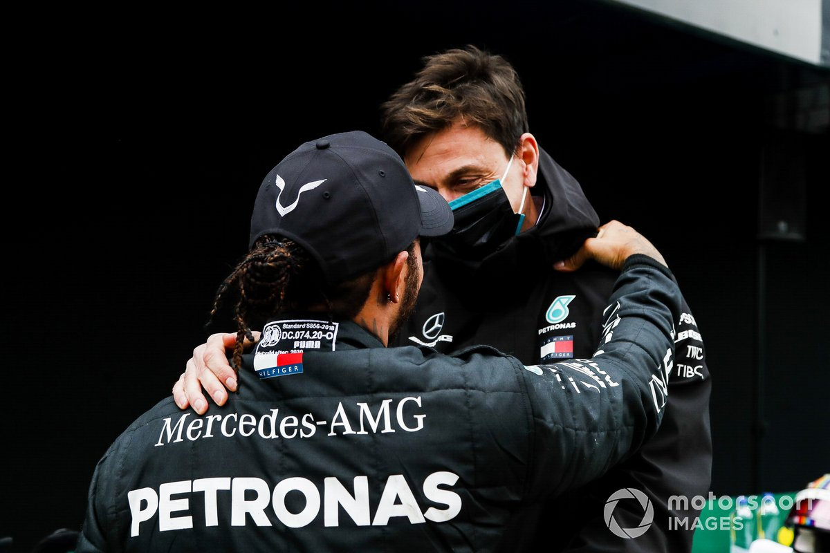 Toto Wolff, Director de Mercedes AMG felicita a Lewis Hamilton, Mercedes-AMG F1 en Parc Ferme después de conseguir su 7º título de campeón del mundo de pilotos