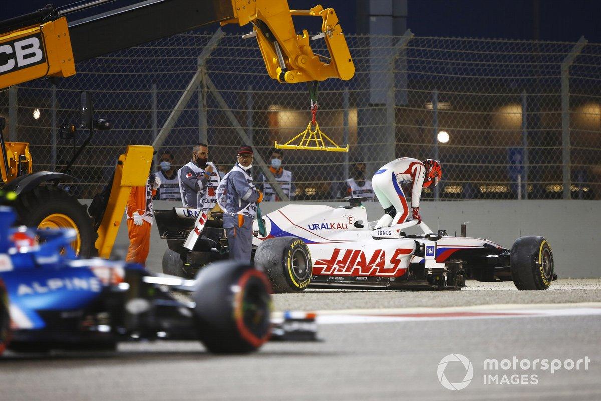 Nikita Mazepin, Haas VF-21, sale de su coche tras un accidente en la primera vuelta