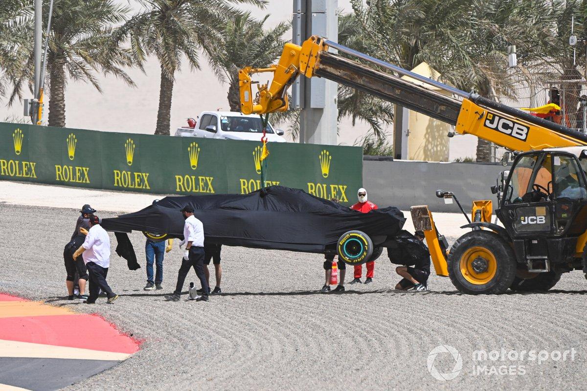 El coche de Lewis Hamilton, el Mercedes W12, durante la bandera roja provocada por el trompo
