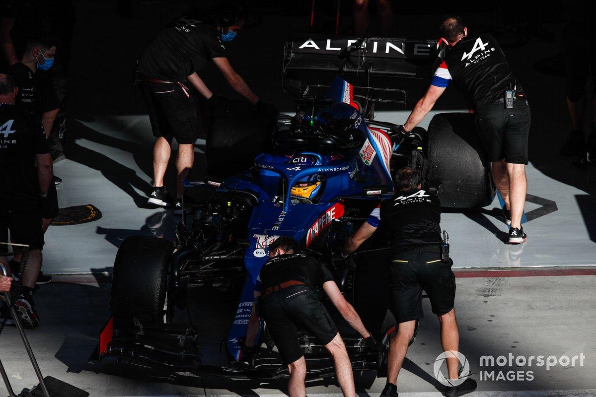 Los mecánicos empujan a Fernando Alonso, Alpine A521, de vuelta al garaje