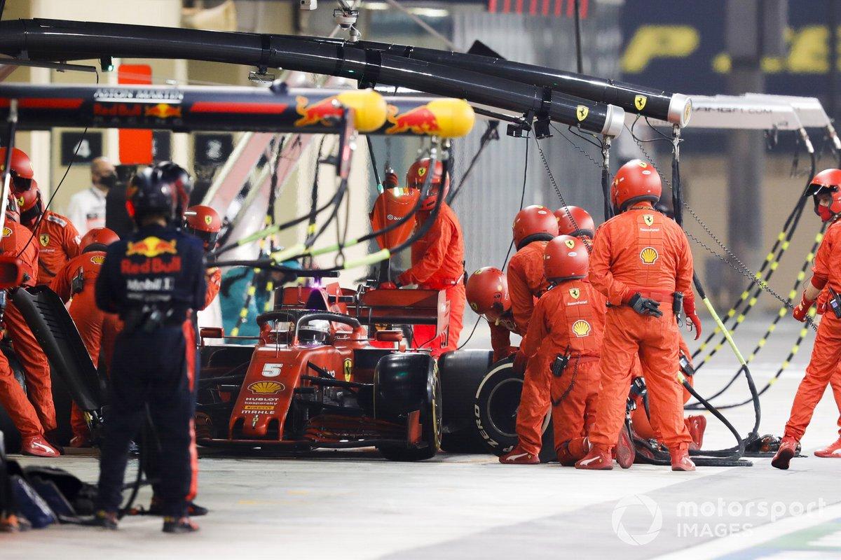 Sebastian Vettel, Ferrari SF1000, ai box