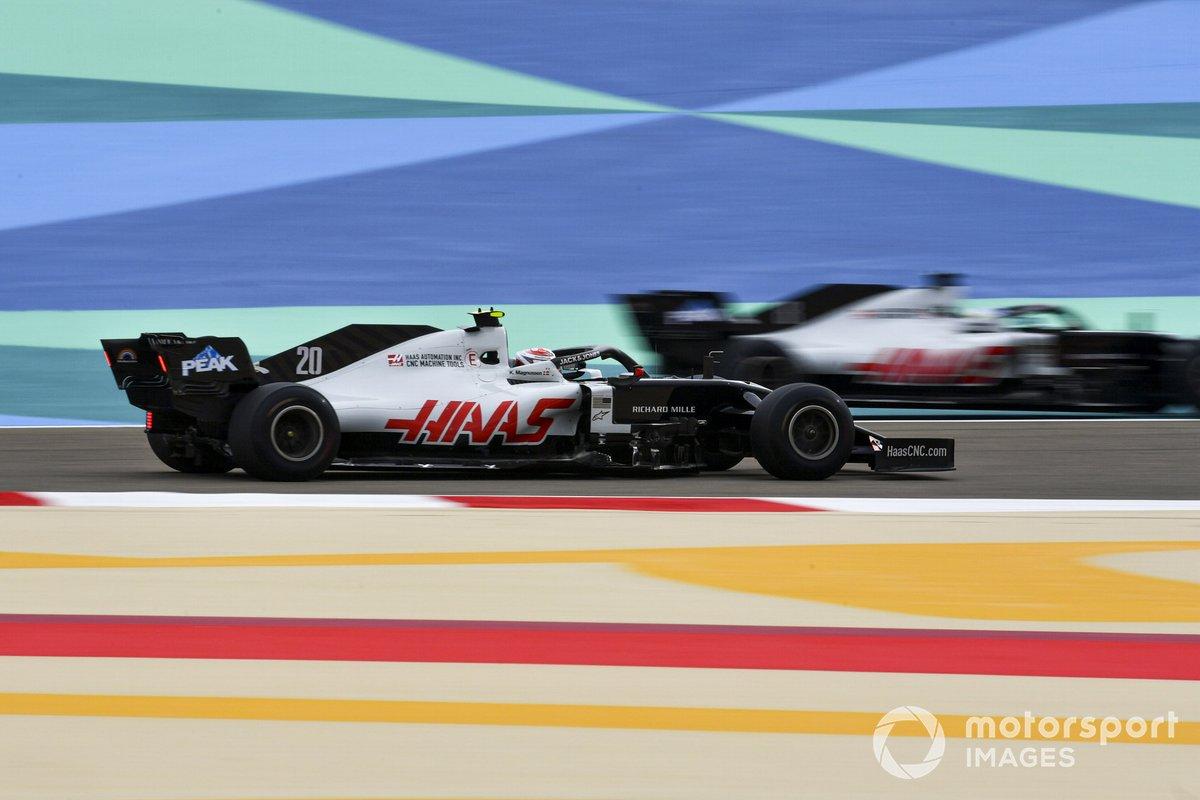 Kevin Magnussen, Haas VF-20, y Romain Grosjean, Haas VF-20