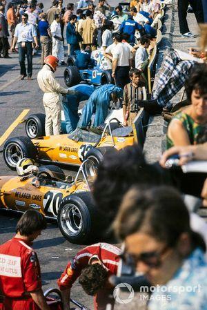 Una vista del pit lane mientras Rolf Stommelen se prepara para entrar en su Brabham BT33 Ford