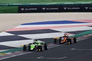 Ugran Filip-Ioan, Jenzer Motorsport, davanti a Francesco Pizzi, Van Amersfoort Racing N