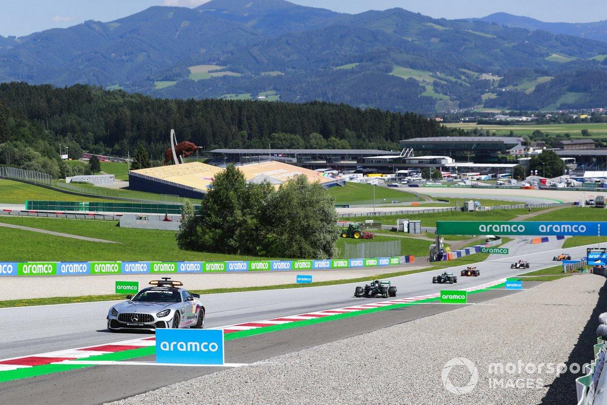 El Coche de Seguridad lidera a Valtteri Bottas, Mercedes F1 W11 EQ Performance, Lewis Hamilton, Mercedes F1 W11 EQ Performance, y el resto del campo