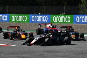 Max Fewtrell, Hitech Grand Prix, precede Jack Doohan, HWA Racelab, Dennis Hauger, Hitech Grand Prix, e Oliver Caldwell, Trident