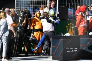 Zak Brown, Executive Director, McLaren, e Lando Norris, McLaren, festeggiano sul podio dopo la gara
