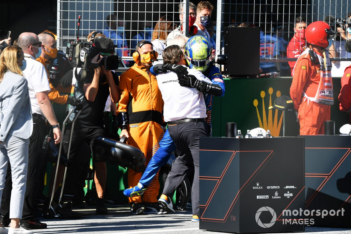Zak Brown, Director Ejecutivo de McLaren, y Lando Norris, McLaren, celebran en el podio después de la carrera