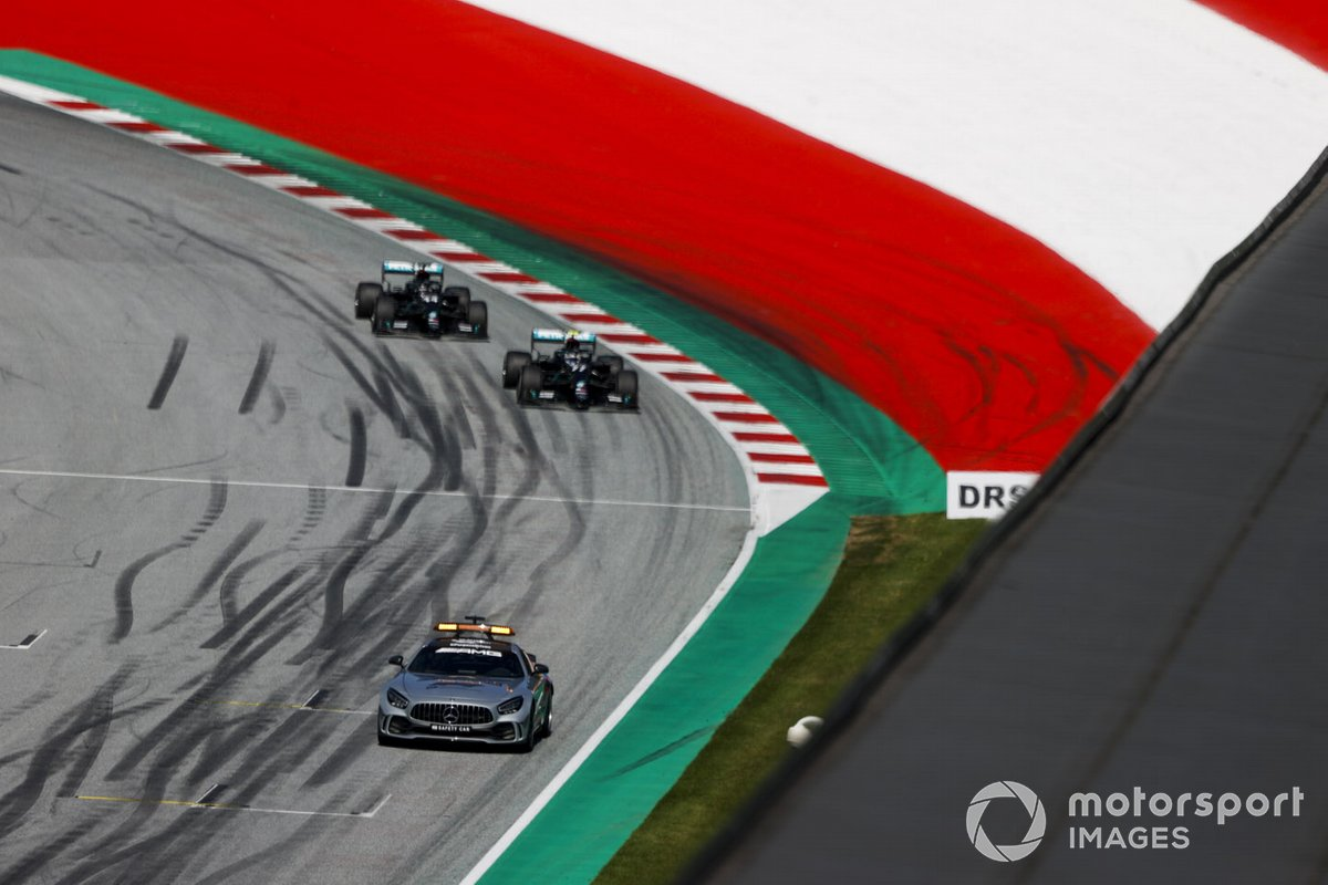 Safety Car al frente de Valtteri Bottas, Mercedes F1 W11 EQ Performance y Lewis Hamilton, Mercedes F1 W11 EQ Performance
