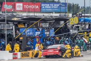 Erik Jones, Joe Gibbs Racing, Toyota Toyota Camry pit stop
