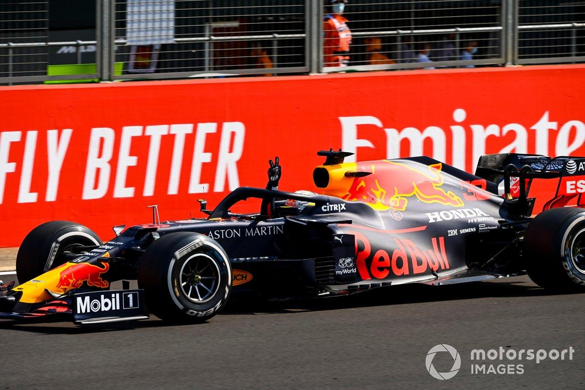 Ganador de la carrera Max Verstappen, Red Bull Racing RB16 cruza la línea de meta
