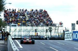 Жан Алези, Tyrrell 018 Ford опережает Айртона Сенну на Mclaren MP4/5B Honda