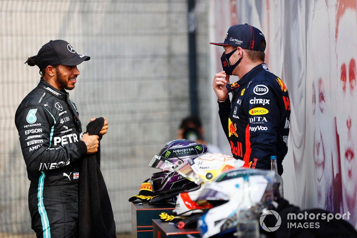 Lewis Hamilton, Mercedes AMG F1, 2ª posición, habla con Max Verstappen, Red Bull Racing, 1ª posición, después de la carrera