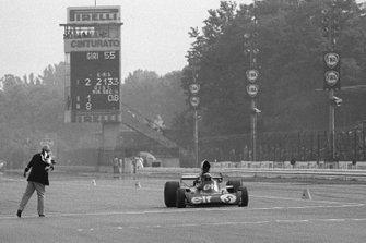 Jackie Stewart, Tyrrell 006 Ford cruzando la línea de meta