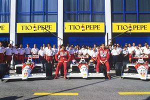 Alain Prost y Ayrton Senna posan con los autos McLaren MP4-4 Honda y el equipo