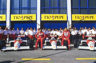 Alain Prost and Ayrton Senna pose with the McLaren MP4-4 Honda cars and the team