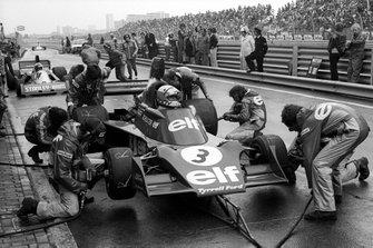 Jody Scheckter, Tyrrell 007 makes a pit stop