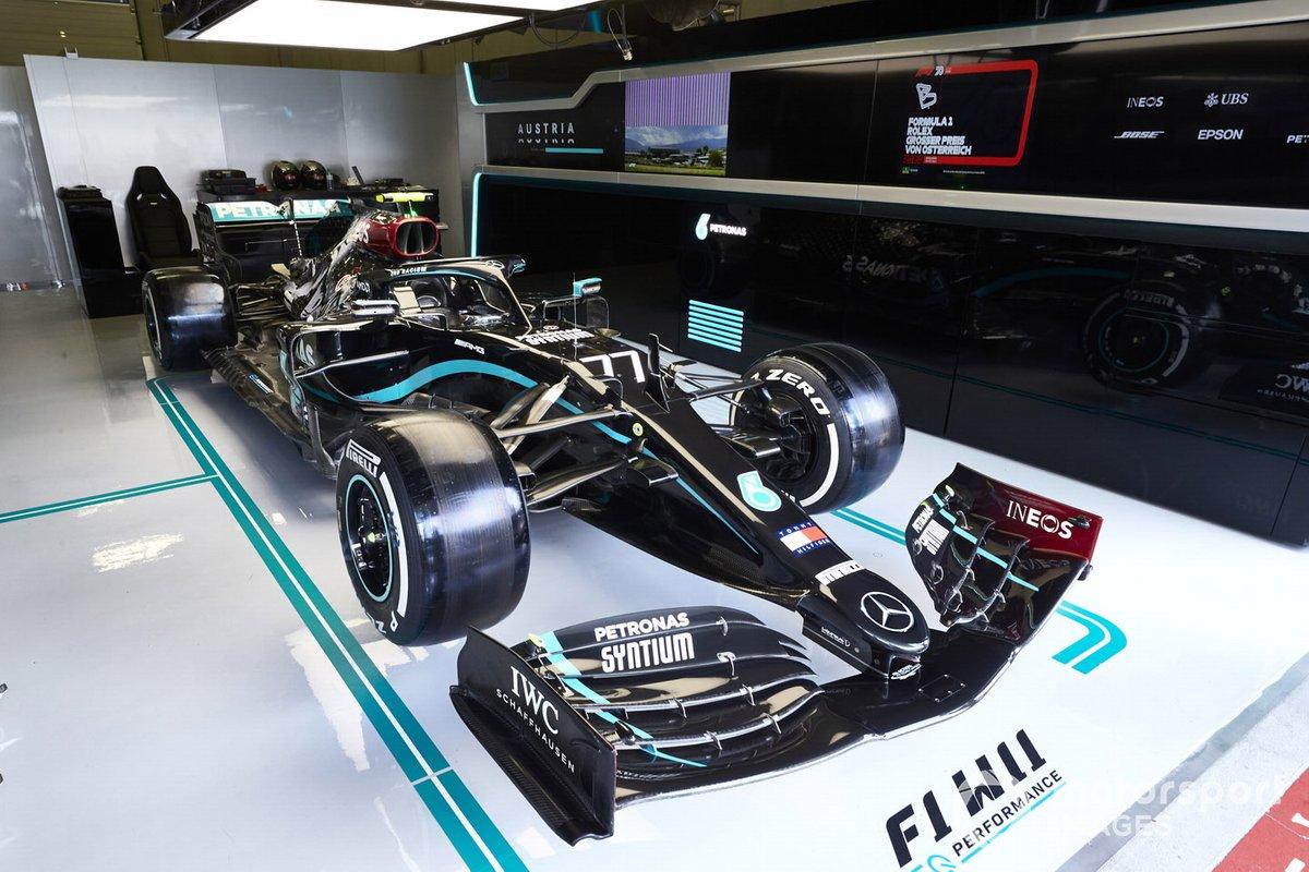 La nueva decoración en el coche de Valtteri Bottas, Mercedes F1 W11 EQ Performance, en el box