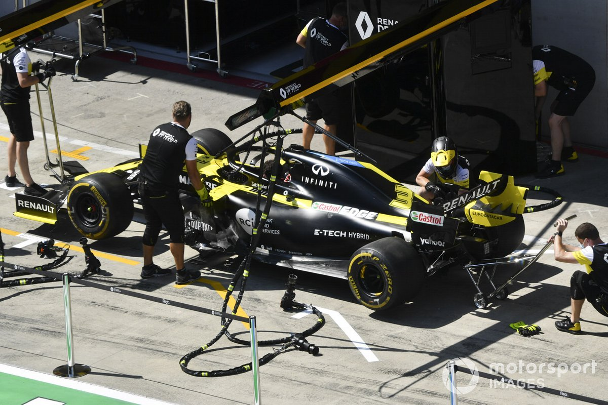 Renault mechanics with the Renault F1 Team R.S.20 in the pit lane