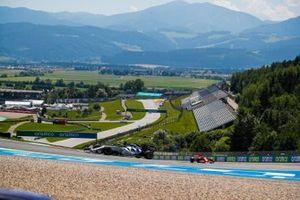 Daniil Kvyat, AlphaTauri AT01, leads Sebastian Vettel, Ferrari SF1000