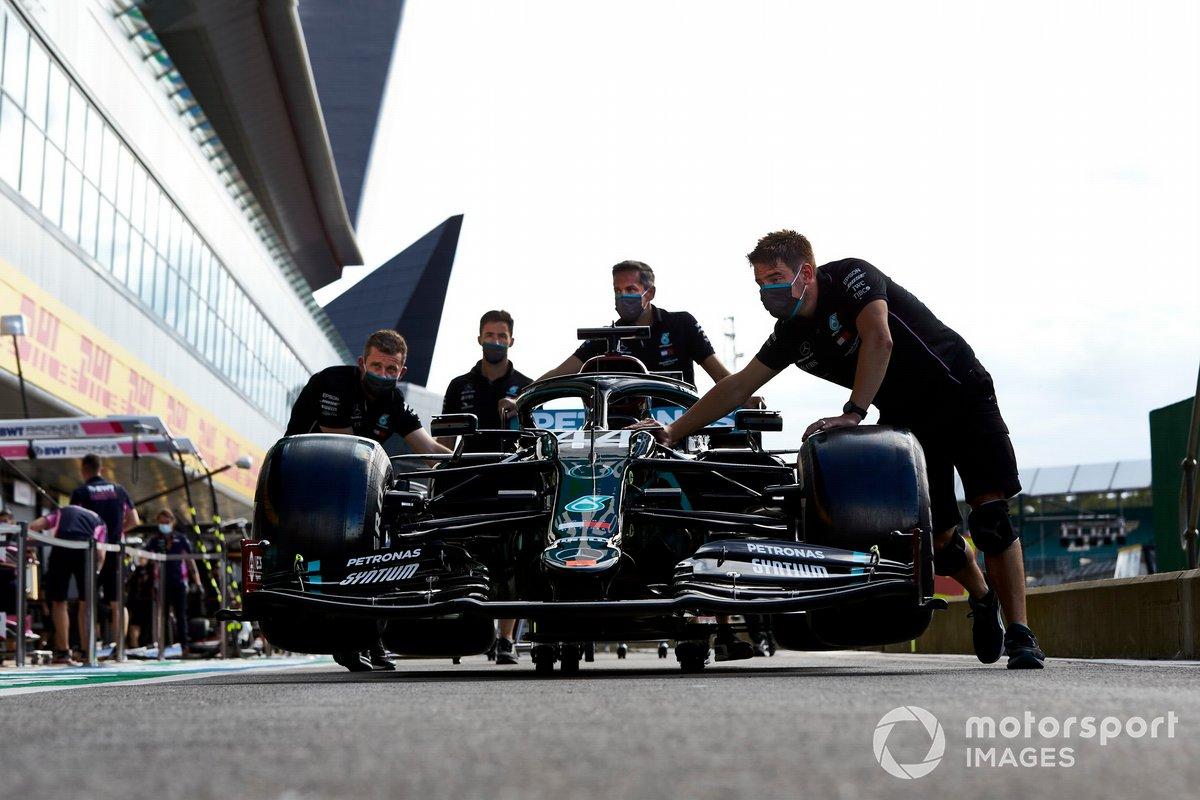 Mecánicos de Mercedes con el W11 de Lewis Hamilton en el pitlane