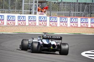 Un commissaire agite un drapeau rouge devant Romain Grosjean