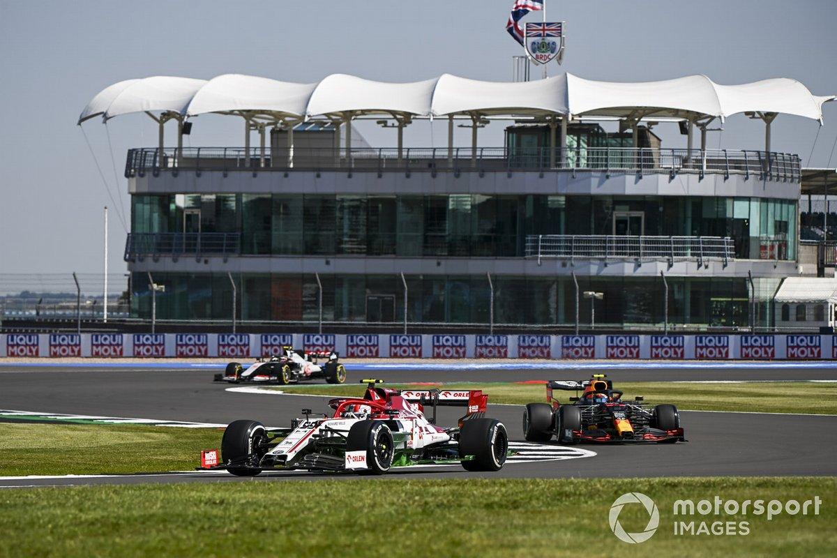 Antonio Giovinazzi, Alfa Romeo Racing C39, Alex Albon, Red Bull Racing RB16, y Kevin Magnussen, Haas VF-20
