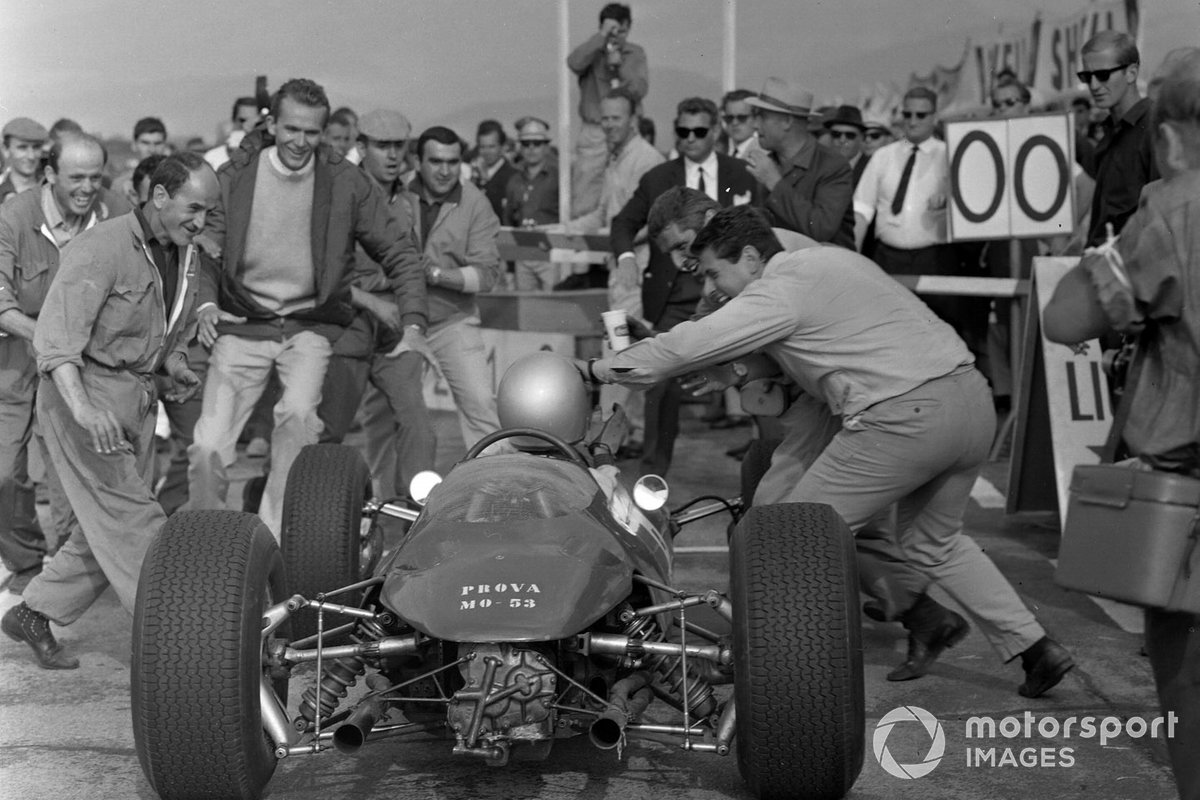После 105 кругов Лоренцо Бандини вписал свое имя в историю Ф1, выиграв Гран При за Ferrari