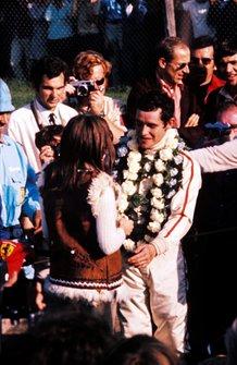 El ganador de la carrera Jacky Ickx, Ferrari celebra su victoria con su esposa Catherine