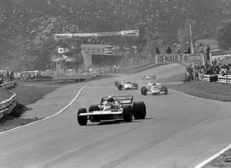 Al final de la primera vuelta, Jackie Stewart, Tyrrell 001, lidera a Jacky Ickx, Ferrari 312B y el resto del pelotón
