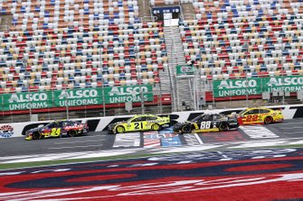 William Byron, Hendrick Motorsports Chevrolet Axalta leads