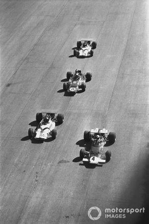 Clay Regazzoni, Ferrari 312B, lidera a Pedro Rodríguez, BRM P153, Jackie Stewart, Marzo 701-Ford y Jackie Oliver, BRM P153 en el inicio de la carrera