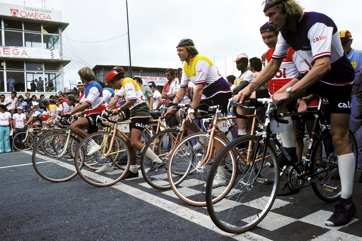 Los pilotos se alinean para una carrera de bicicletas alrededor del circuito de Interlagos, Ronnie Peterson, Niki Lauda, Ferrari y James Hunt, McLaren