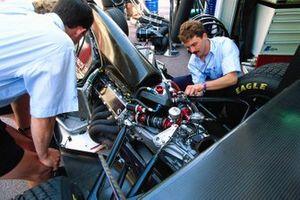 Los mecánicos trabajan en un Sauber C12 impulsado por un motor Illmor