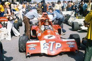 Niki Lauda sentado en el March 721X Ford en el pit lane delante de Wilson Fittipaldi, Brabham BT33 Ford
