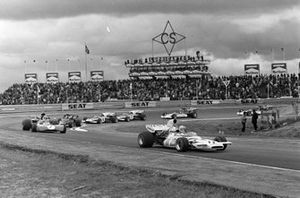 Denny Hulme, McLaren M19A Ford devant Jackie Stewart, Tyrrell 003 Ford et Emerson Fittipaldi, Lotus 72D Ford