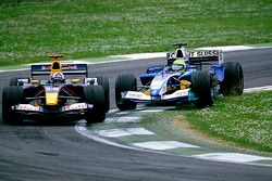 Felipe Massa, Sauber Petronas C24, tente de dépasser David Coulthard, Red Bull Racing Cosworth RB1
