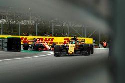 Carlos Sainz Jr., Renault Sport F1 Team RS17 en Stoffel Vandoorne, McLaren MCL32