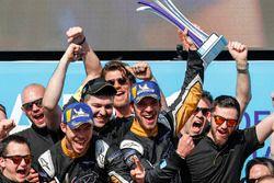 Il team Techeetah al completo celebra Jean-Eric Vergne e Andre Lotterer sul podio...