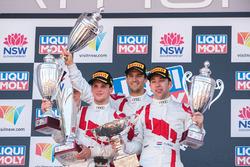 Podio: ganadores Robin Frijns, Stuart Leonard, Dries Vanthoor, Audi Sport Team WRT
