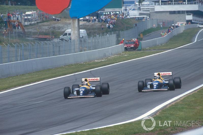 En la vuelta 11, el francés hizo valer su experiencia en F1 para pasar por dentro a su compañero en la curva 1. Hill solo llevaba siete carreras en la categoría