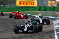 Lewis Hamilton, Mercedes AMG F1 W09, Valtteri Bottas, Mercedes AMG F1 W09 y Kimi Raikkonen, Ferrari SF71H