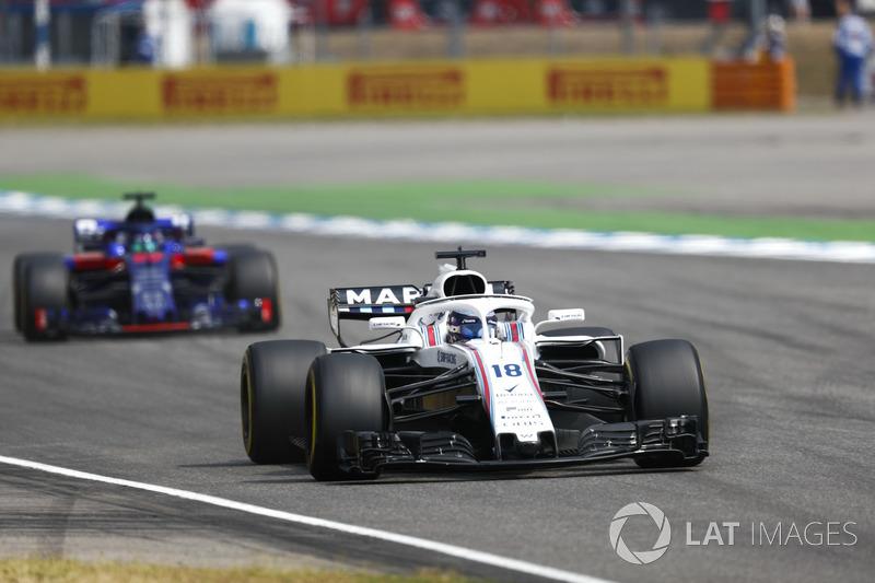 Lance Stroll, Williams FW41, delante de Brendon Hartley, Toro Rosso STR13